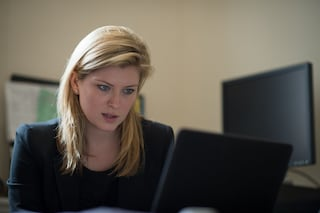 Lavorare alla scrivania fa male: 10 cattive abitudini in ufficio