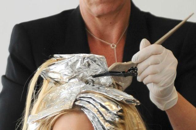 Simonetta Wenkert oggi ha 50 anni e porta i suoi stupendi capelli grigi con  disinvoltura e classe ma la sua è stata una vera e propria
