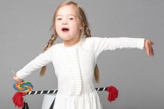 Cora, la bimba con la sindrome di Down diventa modella: la disabilità non rende diversi