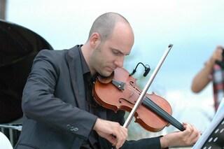 A fine concerto chiede la mano alla fidanzata: la dolce proposta di nozze del violinista