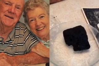 Sposati da 60 anni, ogni anniversario mangiano una fetta della loro torta nuziale del 1955