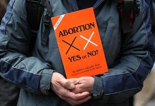 Abortire senza colpa o vergogna: la battaglia sui social