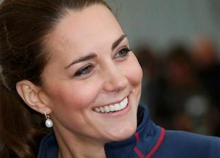 Kate Middleton ci dà un taglio: frangia anni '60 per la Duchessa (VIDEO)