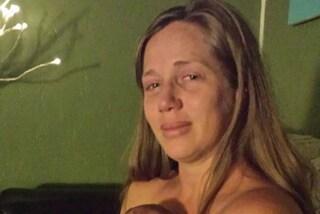 Piange mentre culla il bimbo: la depressione post-parto le stava rovinando la vita