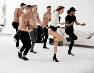 Danze scatenate con i tacchi alti: ecco il ritorno di Gisele Bündchen  (VIDEO)