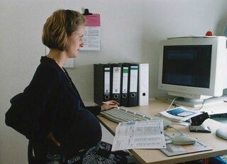 """""""Se è incinta, non vuole una carriera"""": donne rivelano le offese peggiori subite a lavoro"""