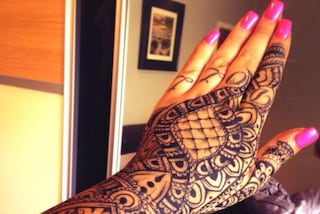 """Licenziata dopo 30 minuti a causa del tatuaggio sulla mano: """"Potrebbe offendere i clienti"""""""