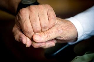 Aspetta 50 anni per sposare l'amore della sua infanzia: dopo pochi giorni muore