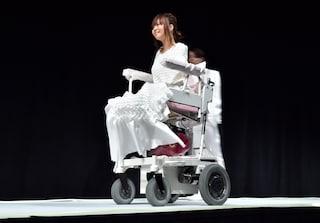 Senza braccia e senza gambe percorrono la passerella: la moda accetta le disabilità