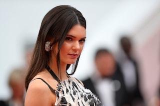Kendall Jenner mostra gli slip tra le strade di Parigi: il look audace che dà scandalo