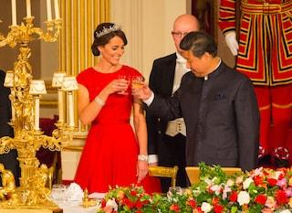 Abito rosso e tiara di diamanti: il nuovo look principesco di Kate Middleton (FOTO)
