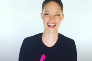 Vince la battaglia contro il cancro e mostra con orgoglio le cicatrici della mastectomia