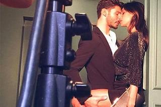 """Belén e Stefano in versione """"casalinghi"""": baci appassionati davanti all'obiettivo (VIDEO)"""