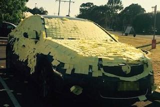 Ricopre l'auto di post-it e la riempie di polistirolo: l'esilarante vendetta del figlio