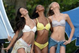 Sara Sampaio in lingerie di pizzo posa accanto agli altri angeli Victoria's Secret