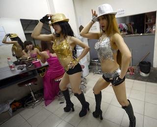 Ragazze che si spogliano e ballano la lap dance: gli insoliti funerali cinesi
