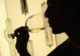 Il vino accentua le rughe, il latte le occhiaie: gli effetti dell'alimentazione sul viso