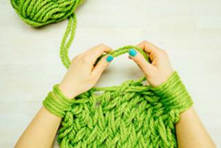 Arm knitting: come creare sciarpe e maglioni con le braccia (VIDEO)
