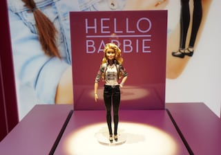 """Hello Barbie, la bambola registra le parole dei bambini e crea polemiche: """"E' una spia"""""""