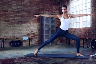 Irina Shayk fa yoga in jeans: è lei la nuova testimonial di Replay (VIDEO)
