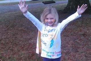 """""""Il mio supereroe sei tu"""": Josie, la coraggiosa bimba di 4 anni che lotta contro il cancro"""