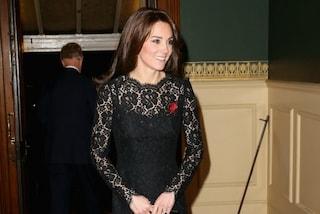 Abito in pizzo e tacchi alti: Kate Middleton sfila in nero (FOTO)