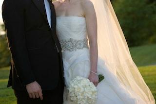 Ha un cancro terminale e sposa la bambola gonfiabile: così non lascerà una vedova in lutto