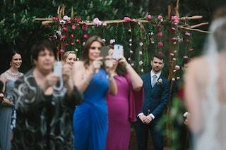 Perché gli invitati alle nozze dovrebbero spegnere il cellulare durante la cerimonia