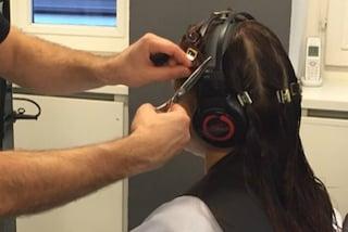 Tagliare i capelli con le cuffie in testa: la nuova moda per avere una scalatura perfetta