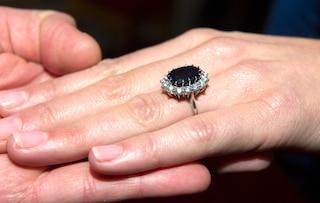 Dopo 43 anni ritrova l'anello di fidanzamento dei genitori: era sotterrato nella sabbia