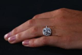 Organizza una proposta di nozze incredibile ma lei rifiuta: il diamante è troppo piccolo