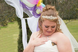 """""""E' un dono dal cielo"""": la farfalla le si posa sull'abito da sposa, lei scoppia in lacrime"""