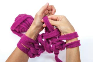 Come realizzare una sciarpa utilizzando solo le vostre braccia (VIDEO)