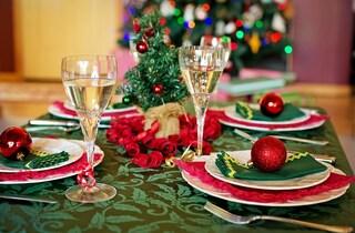 Come apparecchiare la tavola di Natale: idee e consigli per decorarla con eleganza