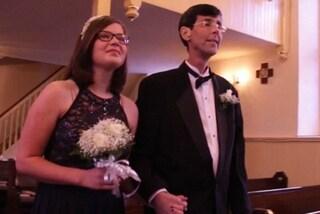 Prima di morire di cancro realizza il suo sogno: accompagnare i figli all'altare