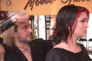 Taglia i capelli con il fuoco e con le spade: il parrucchiere più assurdo al mondo (VIDEO)