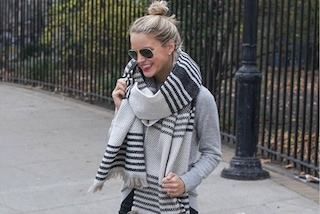 La nuova tendenza invernale? Usare coperte di lana come sciarpe (FOTO)