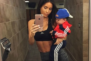"""Sarah Stage, la """"mamma anoressica"""" che porta il figlio di 8 mesi in palestra"""