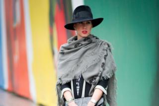 Acne ed irritazioni cutanee: ecco cosa si rischia indossando sempre la sciarpa di lana