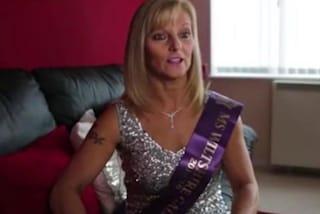 A 54 anni indossa il bikini e sfida le ragazze molto più giovani nei concorsi di bellezza