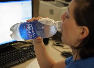 Quanta acqua bisogna bere ogni giorno per rimanere idratati?