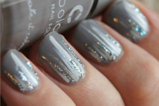 Le unghie della settimana: ice nails, la manicure ispirata al ghiaccio (FOTO)