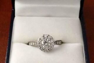 """Regala l'anello di fidanzamento della ex: """"Lo darò a chi si ama davvero"""""""