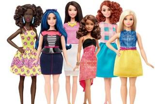 """Barbie diventa una donna """"normale"""": arrivano le bambole curvy, alte o basse (VIDEO)"""