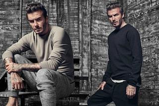 Sguardo intenso e tatuaggi in mostra: David Beckham sponsorizza la sua collezione per H&M