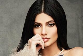 Ecco perché Kylie Jenner mette sempre le dita accanto alla bocca in foto