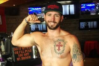 Da Tallywackers l'uomo è oggetto sessuale: nel bar camerieri sexy in slip servono le donne