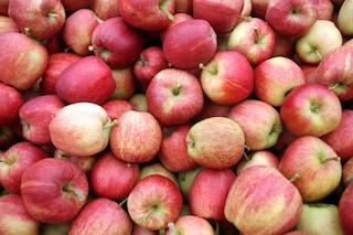 """I 6 usi """"alternativi"""" delle bucce di mela: ecco perché non bisogna buttarle"""