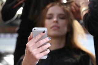 Inestetismi da scrivania: smartphone e pc causano rughe e doppio mento