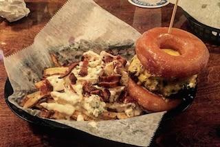 Doughnut burger: spopola l'hamburger fatto con le ciambelle (FOTO)